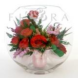 Красные розы в средней плоской круглой вазе
